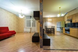 снять просторную 3-комнатную квартиру с балконом в Петроградском р-не СПб